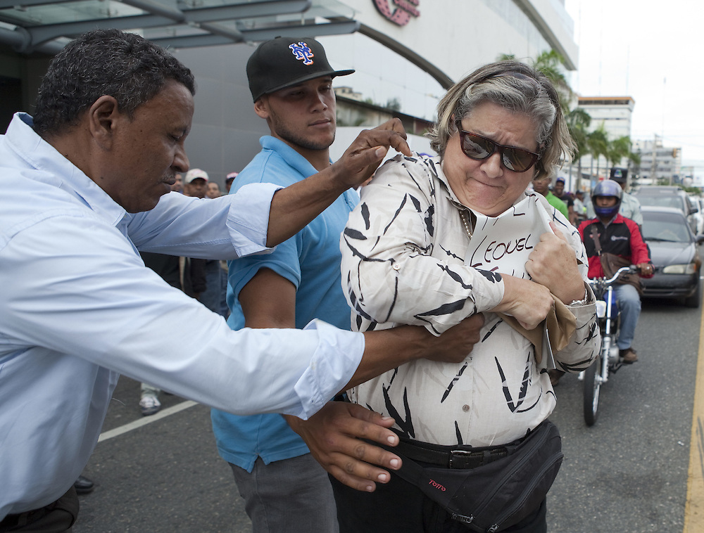 El 5 de noviembre de 2014 quedó registrado como un día de infamia para Leonel Fernández y sus seguidores, luego que un grupo de paleros agredieran una ciudadana y a varios periodistas, golpeándolos y robándoles pertenencias personales y equipos de trabajo.