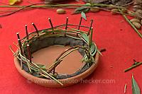 Kinder basteln Zwergengärtchen, Zwergen-Gärtchen aus Naturmaterialien, Bastelei, Tonschale mit Zaun aus Ästchen (Frank Hecker)