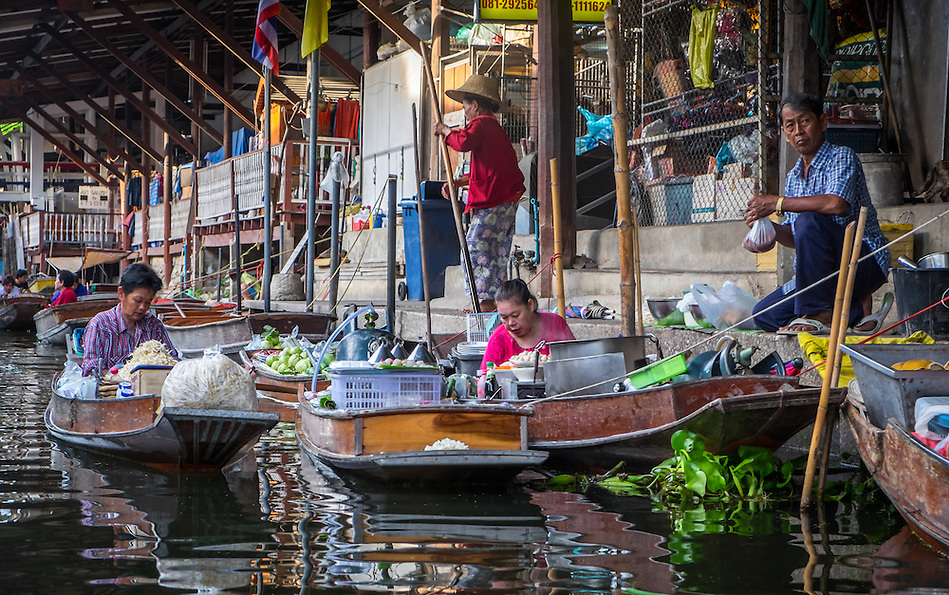 DAMNOEN SADUAK, THAILAND - CIRCA SEPTEMBER 2014: People and boats in the Damnoen Saduak floating market in the central region of Thailand. (Daniel Korzeniewski)
