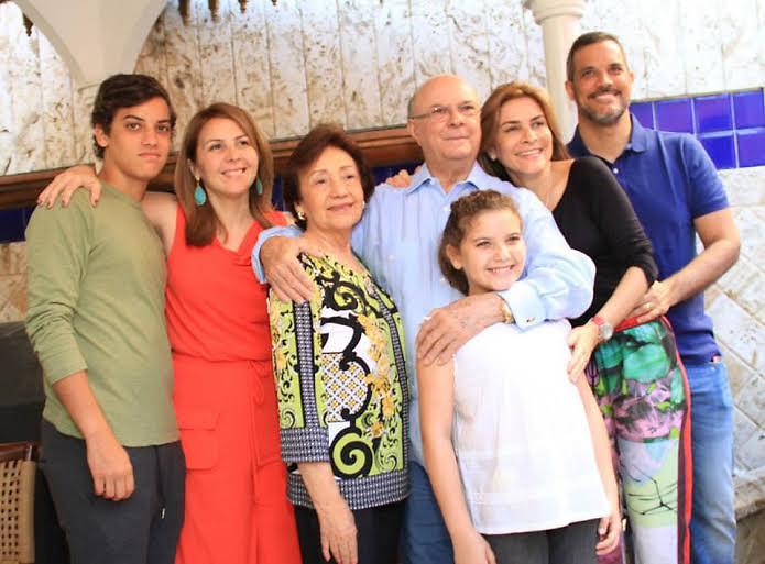 Hipólito Mejía su señora esposa doña Rosa Gómez (centro) junto a hijos y nietos.