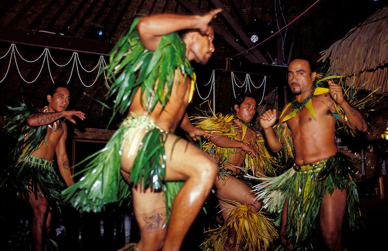 Junge Männer tanzen traditionell in Polynesischer Tracht, Nuka Hiva, Französisch Polynesien * Young men dancing traditional in Polynesian traditional clothes, Nuka Hiva, French Polynesia (Michael Runkel)