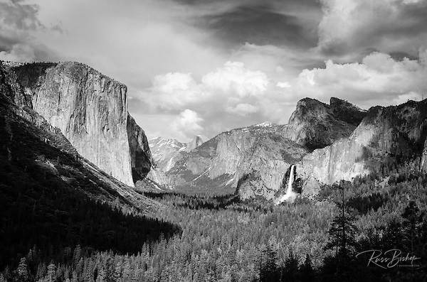 Yosemite Valley from Tunnel View, Yosemite National Park, California USA (© Russ Bishop/www.russbishop.com)