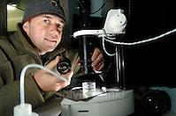 Der Fotograf Solvin Zankl baute sein Studio in einem Kühlcontainern auf. Die Temperatur liegt dort konstant bei 4 Grad - bei Au�entemperaturen bis zu über 30 Grad. Nur durch die Kühlung kann gewährleistet werden, dass die Organismen am Leben bleiben. Kleinste Objekte werden sogar unter einem Mikroskop fotografiert. Solvin Zankl photographing | Deep Sea plankton | Tiefsee Plankton (Solvin Zankl)