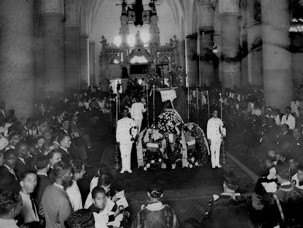 -Basílica Santa María la Menor, Catedral Primada de América, celebrando las exequias.