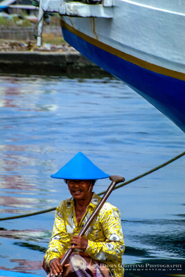 Indonesia, Java, Jakarta. Sunda Kelapa, the old harbor. Old man in blue hat. (Photo Bjorn Grotting)