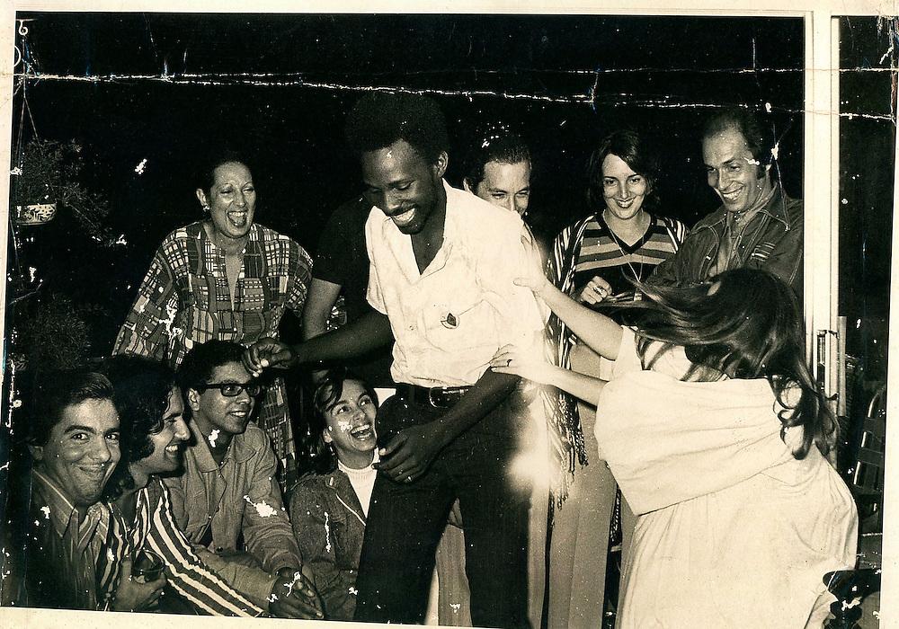 Acento.com.do/Archivo de Carlos Francisco Elías./Carlos Francisco Elías (frente, de pie) junto a Víctor Manuel San José (segundo sentado desde la izquierda), Orlando Martínez, y Ana Belén, quien lo toma del brazo (derecha), entre otras personas que compartieron en los días del espectáculo 7 Días con el Pueblo, en 1974.