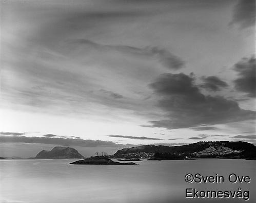 Leitaneset 22012012. Kveldssolen skinner over Kverve og Godøya. Utsikt mot Grimstadholmene, Kverve og Godøya sett fra Leitaneset. Foto: Svein Ove Ekornesvåg (Svein Ove Ekornesvåg)
