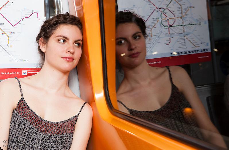 Österreich, Wien, junge Frau in U-Bahn, aus dem Fenster blickend, auf dem Weg zur Party, Sommer, Freizeit genießen, Spiegelung (Dieter Schewig)