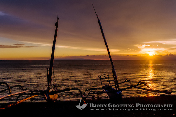 Nusa Tenggara, Lombok, Senggigi. Sunset on Senggigi, fishingboats in the foreground. In the background you can see Nusa Penida outside Bali. (Bjorn Grotting)