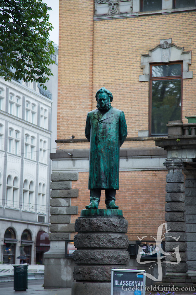 Statue posed in front of the Oslo National Theater (Warren Schultz)