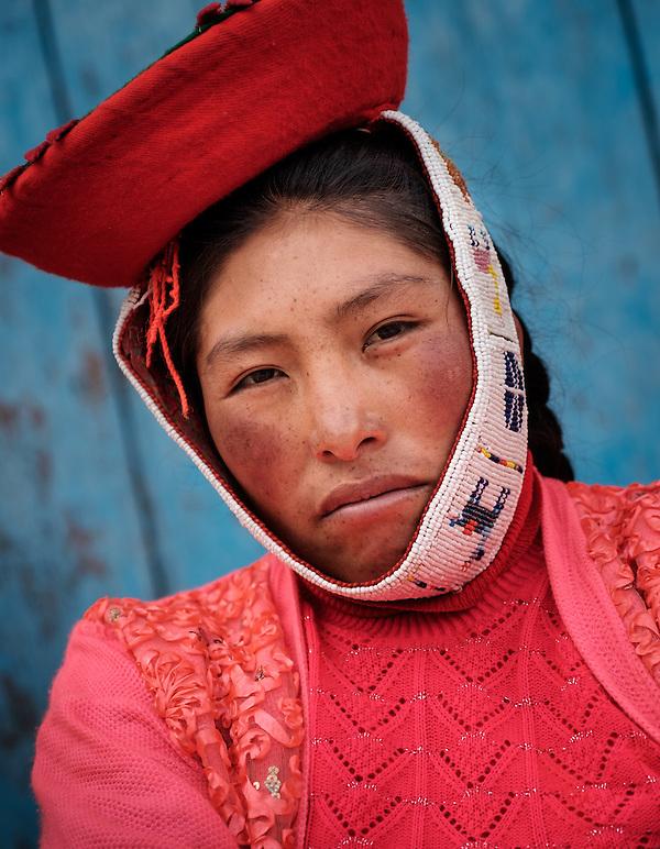 OLLANTAYTAMBO, PERU - CIRCA OCTOBER 2015: Portrait of local woman in the village of Ollantaytambo, a small town in the Cusco region known as Sacred Valley (Daniel Korzeniewski)