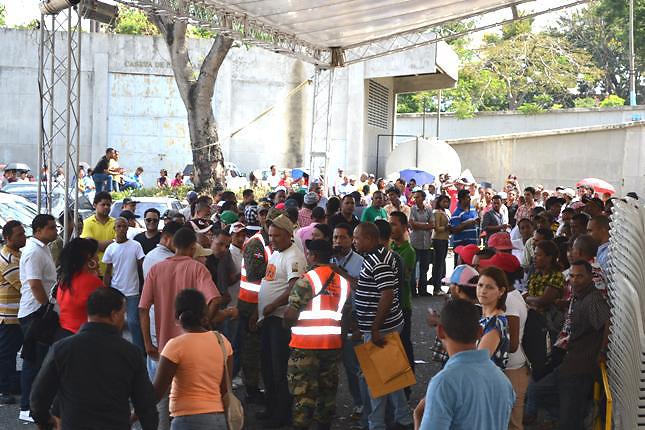Elecciones 2012: Largas filas para obtener cédulas en Santiago