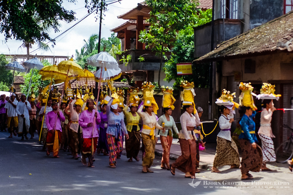 Bali, Gianyar, Mas. A hindu procession on their way to the temple with offerings. (Photo Bjorn Grotting)
