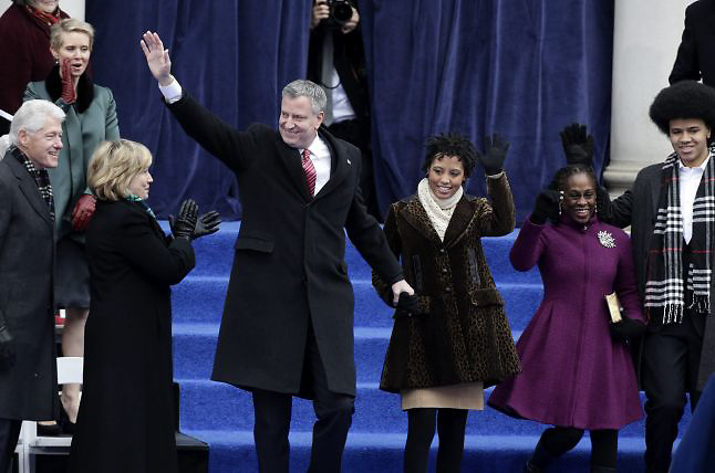 Bill de Blasio (3i), alcalde de Nueva York, junto a su esposa, Chirlane McCray (2d), su hijo Dante (d), su hija Chiara (3d), la exsecretaria de Estado estadounidense Hillary Clinton (2i) y el esposo de ésta, el expresidente Bill Clinton (i)