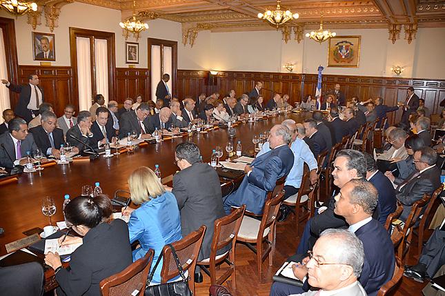 Presidente nombra más funcionarios, aunque  pide sacrificios al pueblo