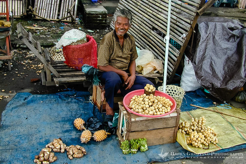 Indonesia, Sulawesi, Manado. The market in Manado harbour. Old man at the market. (Photo Bjorn Grotting)
