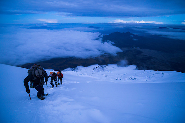 Climbers near the summit of Cotopaxi Volcano 5,897m glacier covered summit, Cotopaxi National Park, Cotopaxi Province, Ecuador (Matthew Williams-Ellis/Matthew Williams-Ellis, www.matthewwilliams-ellis.com)