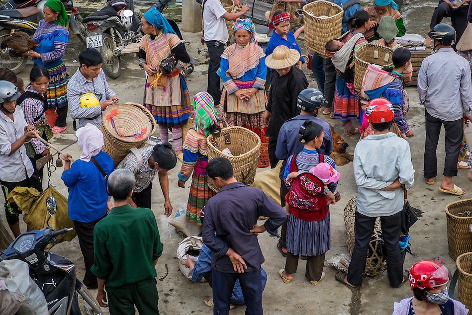 BAC HA, VIETNAM - CIRCA SEPTEMBER 2014:  Crowd bargaining and trading livestock  Bac Ha sunday market, the biggest minority people market in Northern Vietnam (Daniel Korzeniewski)