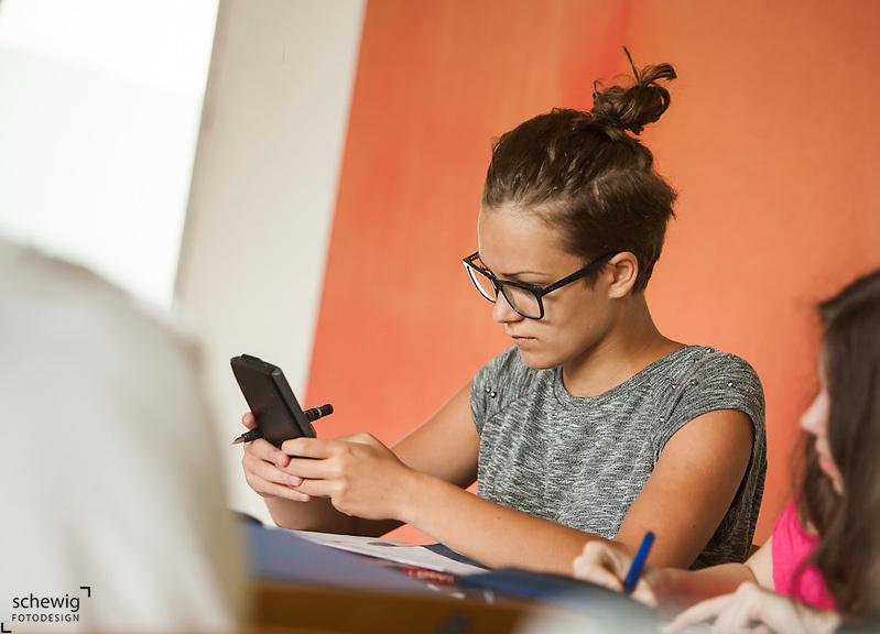 Österreich, Schülerin mit Taschenrechner, konzentriert (dieter schewig)