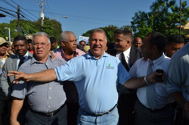 El alcalde Gilberto Serulle con un grupo de sus seguidores.