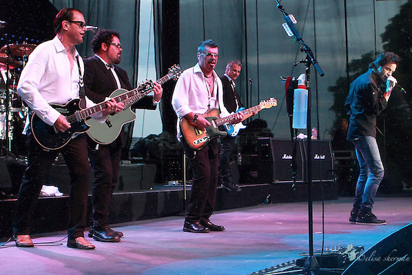 """INXS featuring Pat Monahan singing """"Beautiful Girl"""" performs during their """"Original Sin"""" tour at the Chateau Ste Michelle Winery in Seattle, Washington (Elisa Sherman)"""