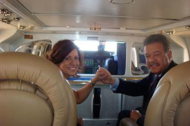 Margarita Cedeño y Leonel Fernández, en un avión.