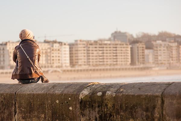 Young woman sat on balaustrade in San Sebastian (Spain) (Carlos Peñalba)