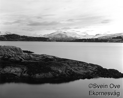 Leitaneset 22012012. Kveldssol over Sunnmørsalpane. Utsikt mot Larsgården og Svinøya sett fra Leitaneset. Foto: Svein Ove Ekornesvåg (Svein Ove Ekornesvåg)