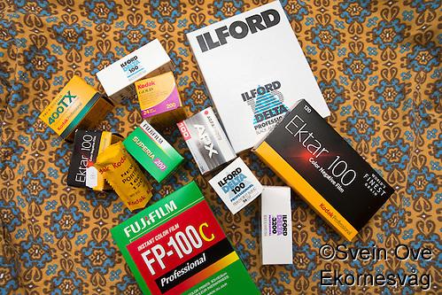 Assortert utvalg av film i forskjellige format, blant annet Kodak Tri-X, Kodak Ektar, Kodak Gold, Kodak Portra, Fujifilm Superia, Fujifilm FP-100C, Ilford Delta og Agfa APX 100. (Svein Ove Ekornesvaag/Svein Ove Ekornesvåg)