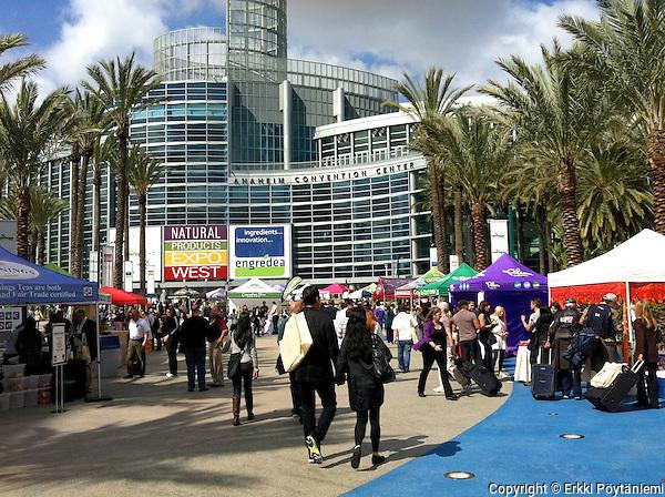 Expo West Anaheimissa on luontaisalan suurin ammattitapahtuma Pohjois-Amerikassa. Markkinahumu alkaa jo messuhallin ulkopuolelta, eikä näytteiden jakajia voi välttää. (Erkki Pöytäniemi)