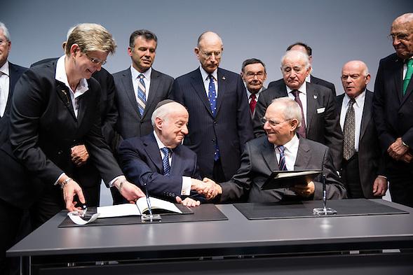 Bundesfinanzminister Wolfgang Schäuble und der Vorsitzende der Claims Conference, Julius Berman, bei der Unterzeichnung des neue Artikel-2-Abkommen zum Einigungsvertrag. Die Vereinbarung sieht Leistungen für die NS-Verfolgten vor, die bis jetzt keine oder nur geringfügige Entschädigungen erhalten haben. Sie ersetzt ein früheres Abkommen, mit dem 1992 erstmals die Entschädigung für jüdische NS-Opfer durch das wiedervereinigte Deutschland festgelegt wurde. Die Unterzeichnung fand im Rahmen einer Feierstunde zum 60. Jahrestag des Luxemburger Abkommens im Jüdischen Museum Berlin statt. (Gregor Zielke)