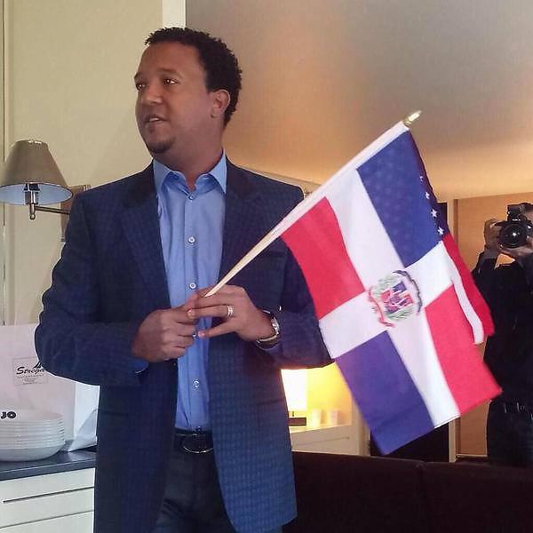 Pedro Martínez, con su Bandera Dominicana, esperando la gran noticia.