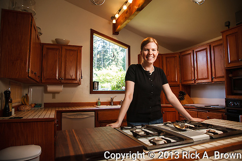 USA, Oregon, Eugene, young woman in her kitchen. MR (Rick A. Brown/© 2013 Rick A. Brown)