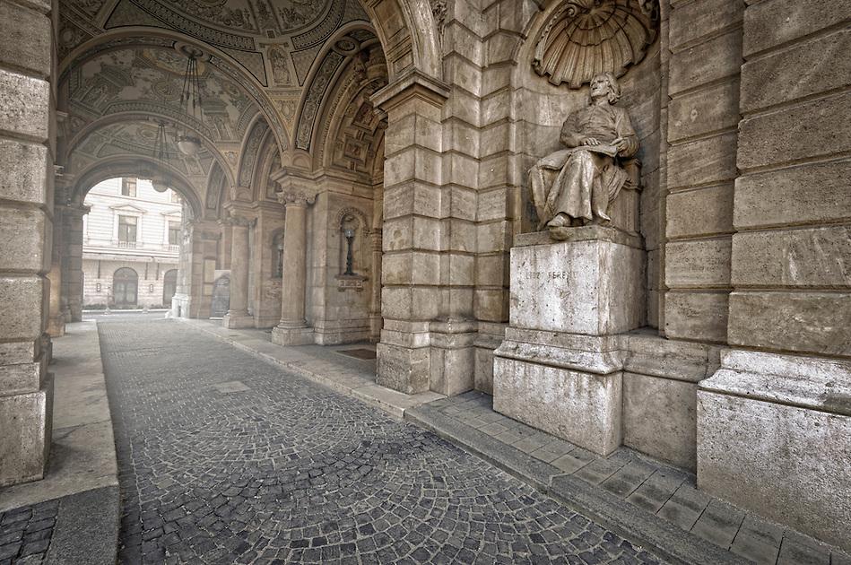 View of the entrance at the Budapest Opera House. (Daniel Korzeniewski)