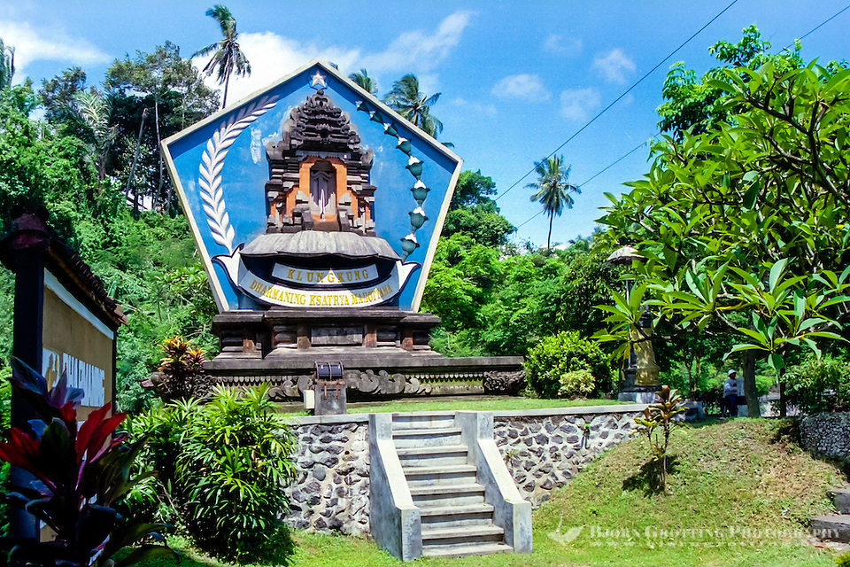 Bali, Klungkung, Semarapura. If you arrive from Gianyar you will see this big sign, leaving no doubt that you are entering the Klungkung district. (Photo Bjorn Grotting)
