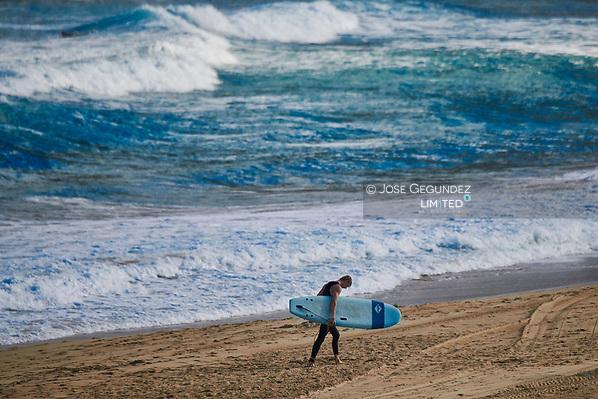 Surfer on the beach (Jose Gegundez)