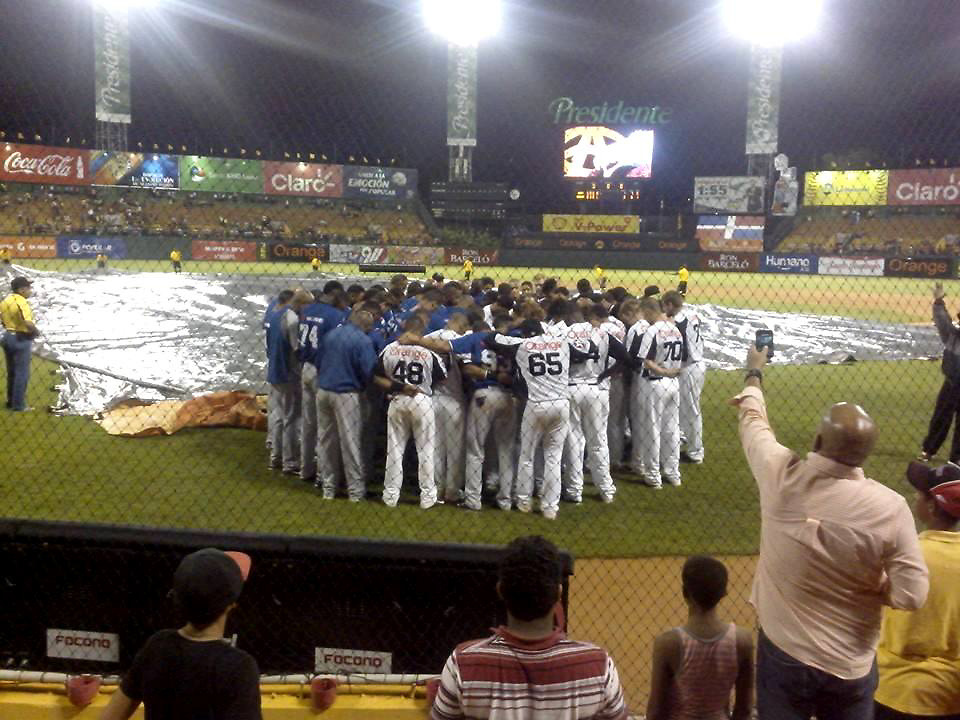 Jugadores de las Águilas y los Tigres oran en el terreno, tras enterarse de la muerte de Oscar Taveras