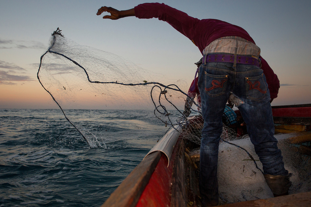 Casting the fishing net off the coast of Old Harbour Bay in Portland Bight Protected Area, Jamaica (Robin Moore)