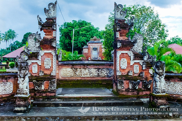 Nusa Tenggara, Lombok, Mataram. The Pura Lingsar temple with the entrance to the Wektu Telu temple. (Photo Bjorn Grotting)