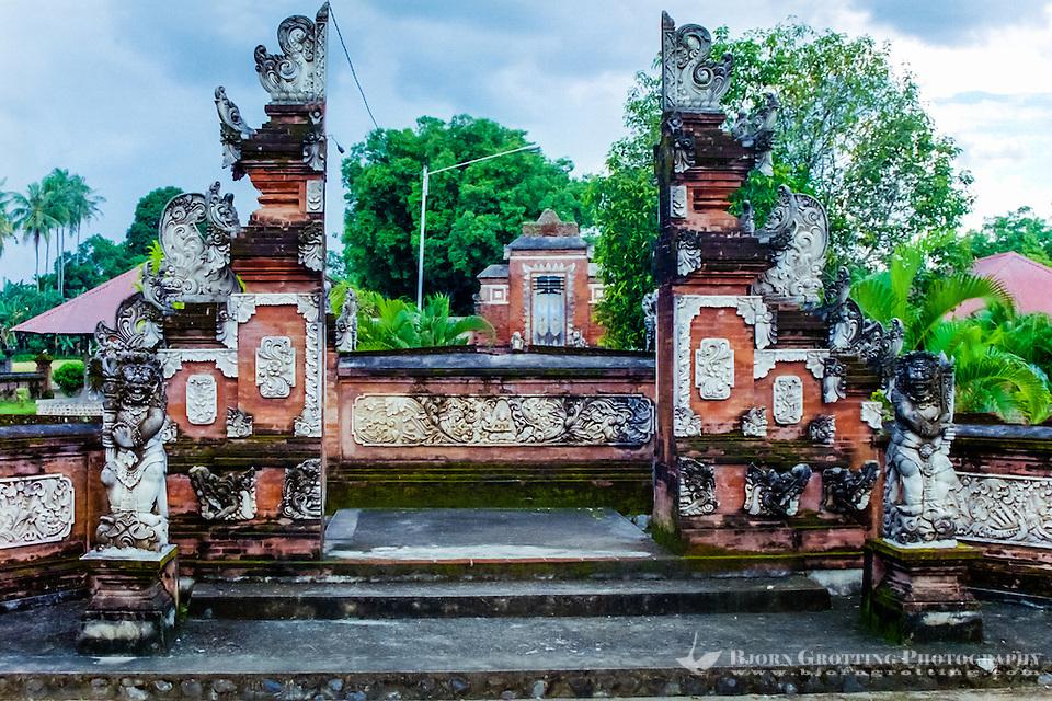 Nusa Tenggara, Lombok, Mataram. The Pura Lingsar temple with the entrance to the Wektu Telu temple. (Photo Bjorn Grotting)