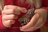 Kinder basteln Zwergengärtchen, Zwergen-Gärtchen aus Naturmaterialien, Bastelei, ein Zwerg wird aus Ton, Knete und Zapfen gebastelt (Frank Hecker)