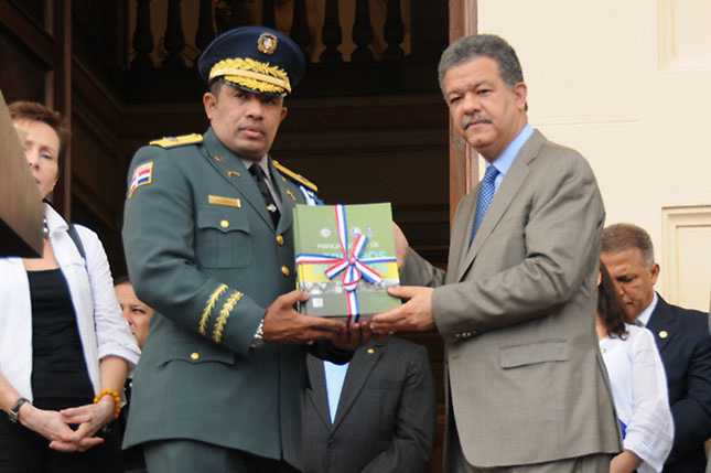 Presidente Medina destituye al jefe PN y al presidente de la DNCD