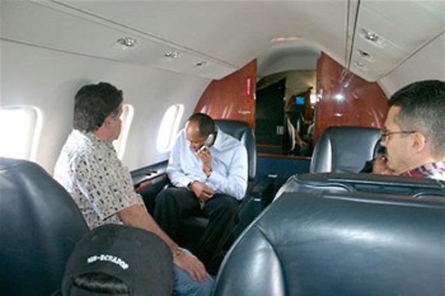 El capo Quirino en el avión que lo llevó preso a EEUU.