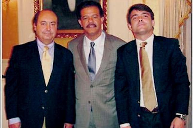 Arturo del Tiempo, el entonces presidente Leonel del Tiempo, y Arturo del Tiempo Manzarbeita, hijo del primero, en el Palacio Nacional de la Presidencia Dominicana