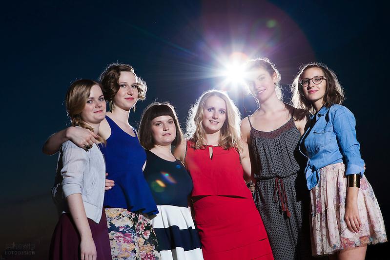 Österreich, Wien, Gruppe junger Frauen auf Party, Freundinnen, Vertrautheit, gemeinsam etwas unternehmen, Spaß haben, Freizeit genießen, Sommer, Nacht (Dieter Schewig)
