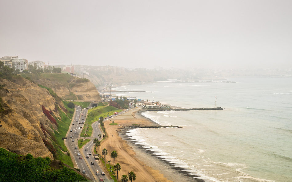 "View of the Avenue ""Circuito de Playas"" from the Larcomar Shopping Center in Lima, Peru. (Daniel Korzeniewski)"