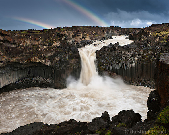 The Aldeyjarfoss waterfall is situated in the north of Iceland at the northern part of the Sprengisandur Highland Road which means it is to be found within the Highlands of Iceland. One of the most interesting features of the waterfall is the contrast between the black basalt columns and the white waters of the fall. The river Skjálfandafljót drops here from a height of 20 m. The basalt belongs to a lava field called Frambruni or Suðurárhraun, hraun being the Icelandic designation for lava. Aldeyjarfoss er foss í Skjálfandafljóti í Bárðardal. Fossinn er umkringdur stuðlabergi sem er hluti af hraunþekjunni Frambruna eða Suðurárhrauni. Hvíti litur jökulfljótsins þykir mynda skemmtilega andstæðu við dökkt bergið. Fallið er um 20 metrar.