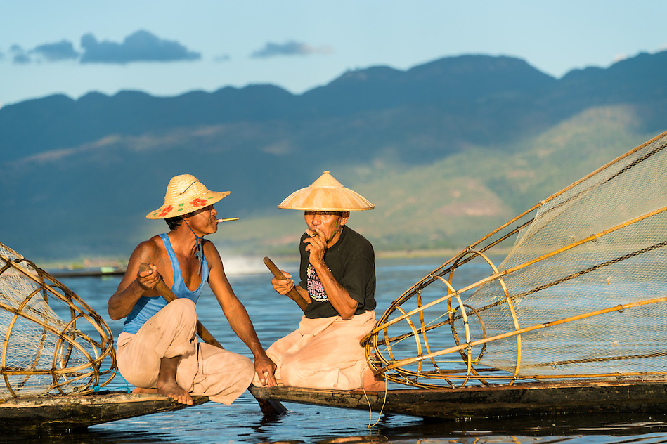 INLE LAKE, MYANMAR - CIRCA DECEMBER 2013: Fishermen taking a rest and smoking in Inle Lake (Daniel Korzeniewski)