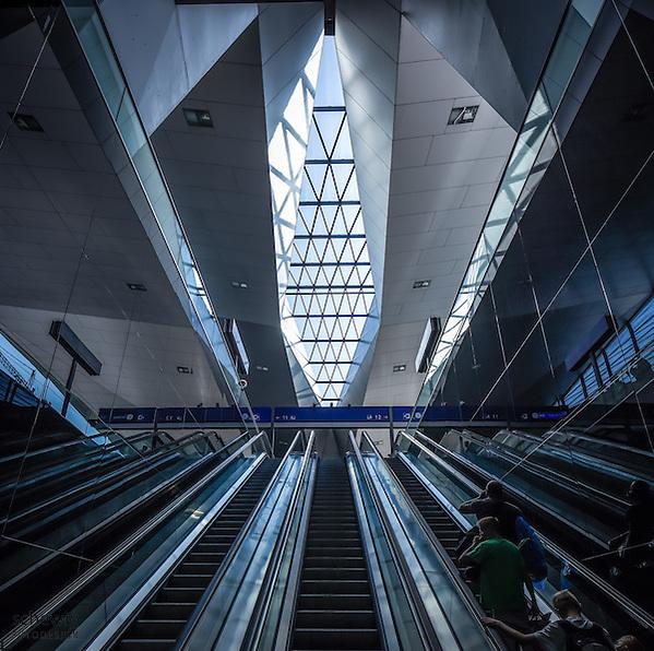Hauptbahnhof Wien neu (Architekten Wimmer, Hoffmann, Hotz), Rautendachkonsturktion, Rolltreppen, Österreich, Wien, Architektur, modern, zeitgenössisch (Dieter Schewig)