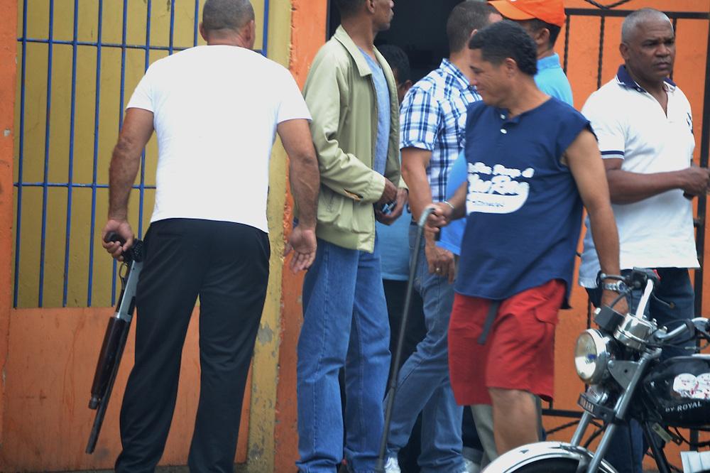 Civiles armados vigilaron los centros de votación.